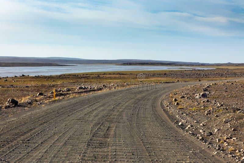 De Landweg van IJsland door het Gebied van de Steen en een Rivier. royalty-vrije stock foto's