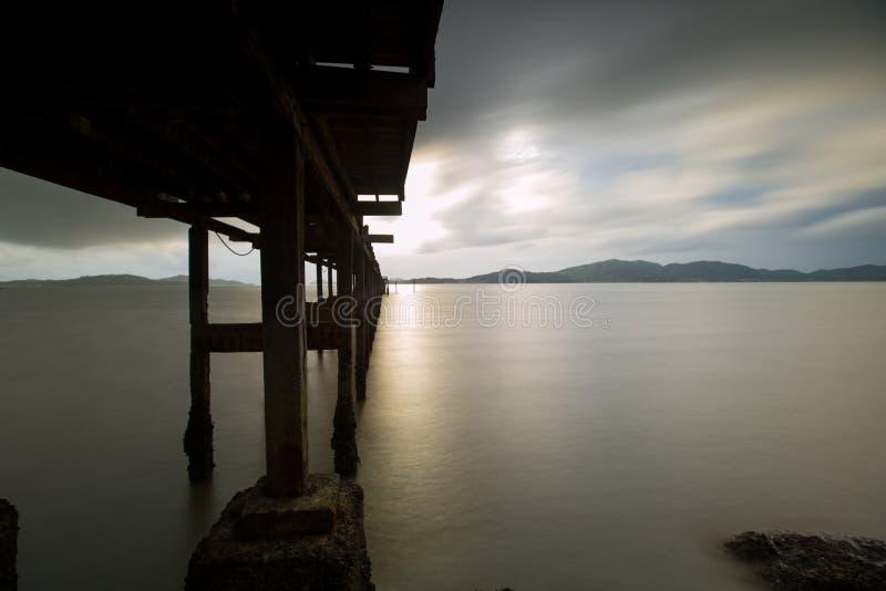 de lange achtergrond van de blootstellingszonsondergang en houten brug stock afbeeldingen