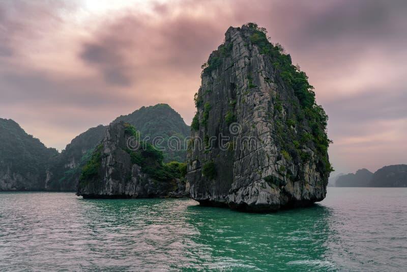 De Lange Baai Vietnam van Ha Eilandenlandschap in Halong royalty-vrije stock fotografie