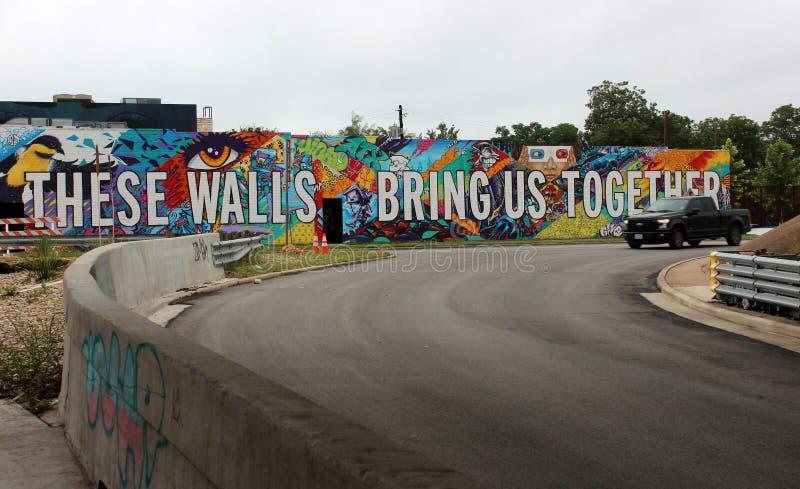 De lange bakstenen muur met heldere kleurrijke woorden vulde met hoop, Austin Texas, 2018 stock foto