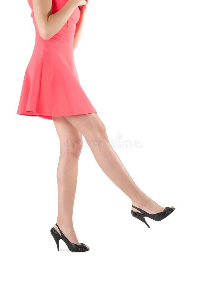 De lange benen van de vrouw in kleding en hoge hielen stock afbeeldingen