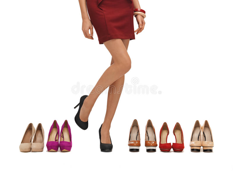 De lange benen van de vrouw met hoge hielen royalty-vrije stock foto