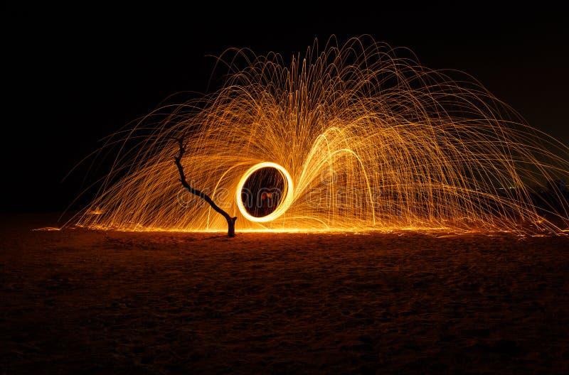 De lange blootstelling die van de brandbal staalwol gebruiken bij nacht stock afbeeldingen