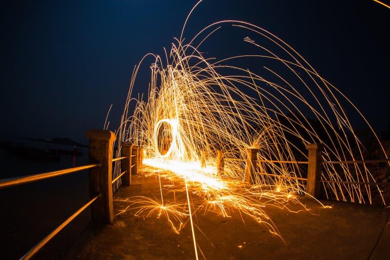 De lange blootstelling van staalwol begint van licht stock foto