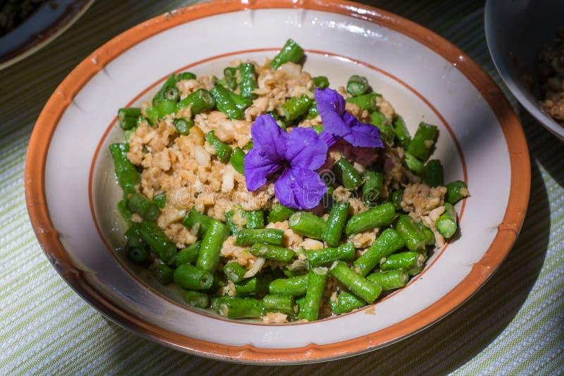 De lange bonen, de gebraden eieren en het fijngehakte varkensvlees zijn eenvoudige schotels van Aziatische mensen stock foto