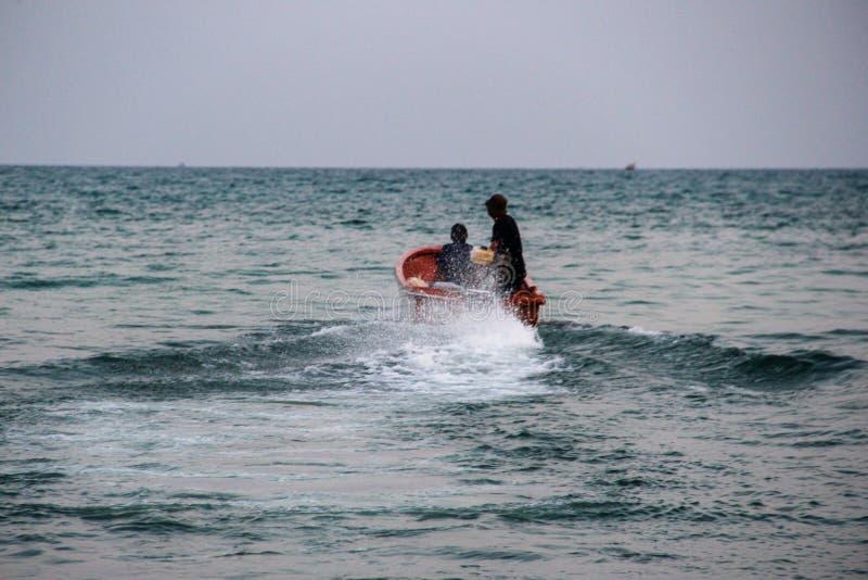 De lange boot van de staart rode toerist in Khao Phing Kan royalty-vrije stock foto's
