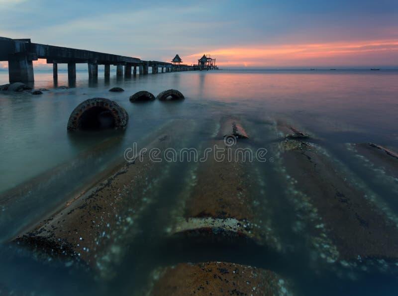 De lange brug over het overzees met een mooie zonsopgang, Thailand stock foto's