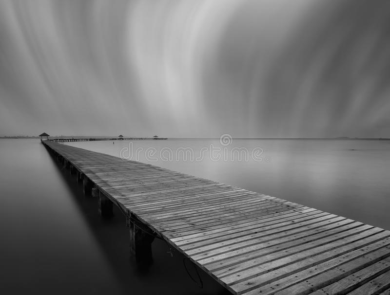 De lange brug over het overzees in zwart-wit, Thailand stock foto's