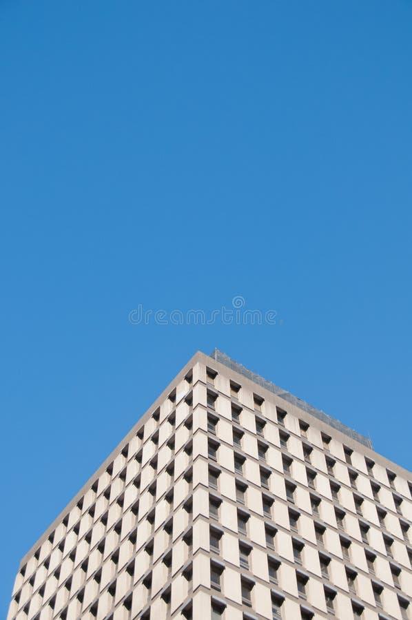 De lange en hoge klassieke collectieve bureaubouw met blauwe hemel stock fotografie