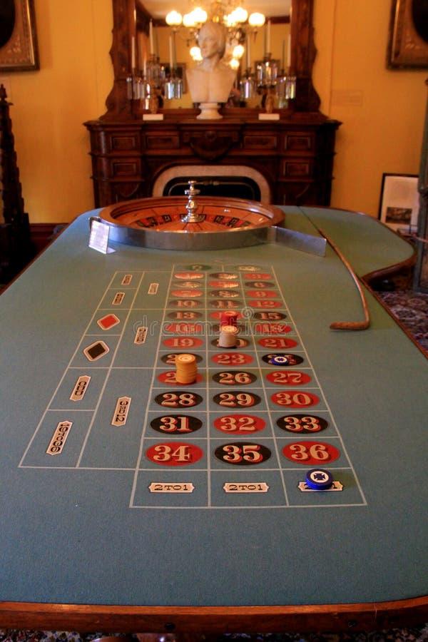 De lange, met vilt beklede die Roulettelijst met spaanders bij het winnen van aantallen, Canfield-Casino, Saratoga worden geplaat stock afbeeldingen