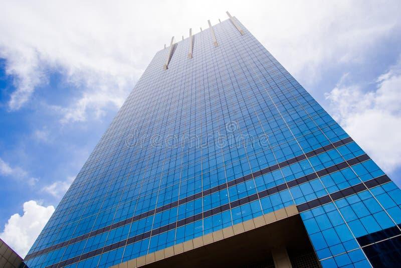 De lange spiegelbouw met blauwe hemel en gedeeltelijk bewolkt stock foto's