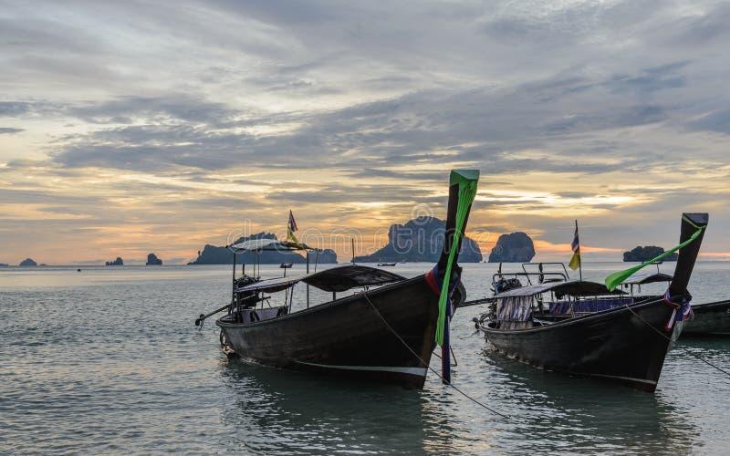 De lange staartboten bij Zonsondergang in Ko belden Nok Eiland in Ao Phra Nang strand, Krabi royalty-vrije stock foto's
