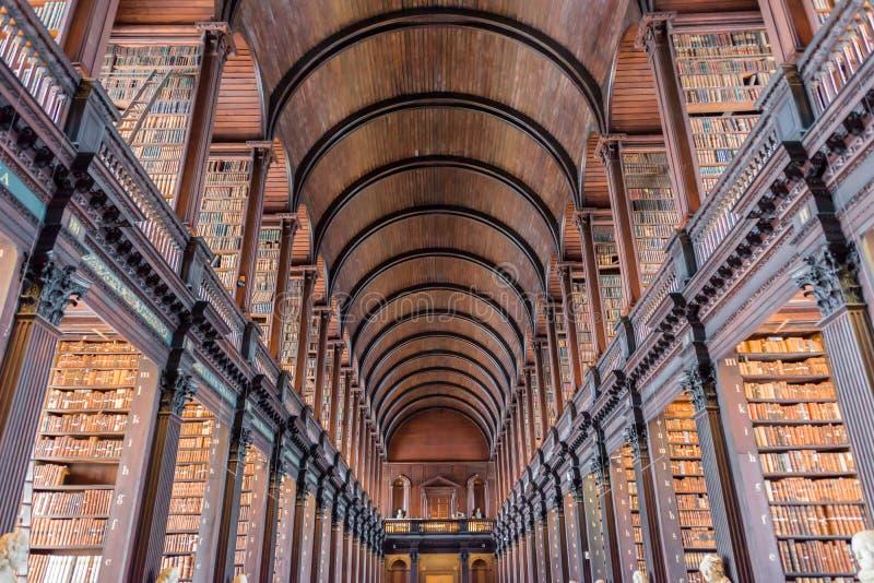 De Lange Zaal in de Oude Bibliotheek van de Drievuldigheidsuniversiteit in Dublin Ireland stock foto