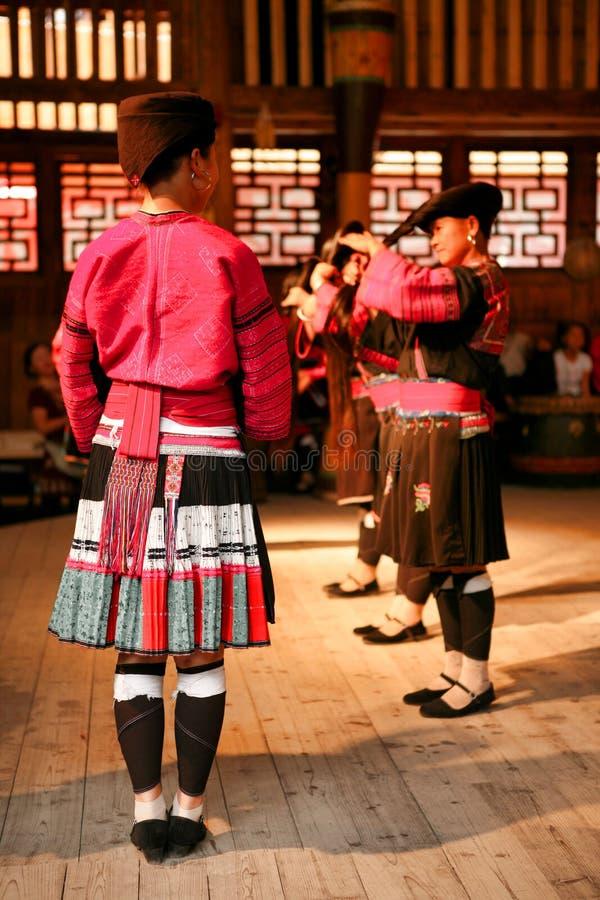 De langharige vrouwen van de mensen van Yao dansen in een show voor toeristen stock afbeeldingen