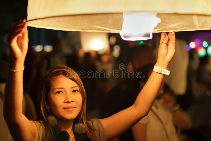 De lantaarn van de de lanceringsbrand van de vrouw royalty-vrije stock afbeelding