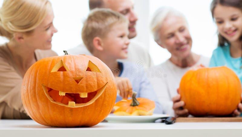 De lantaarn van de Helloweenpompoen over gelukkige familie royalty-vrije stock afbeelding