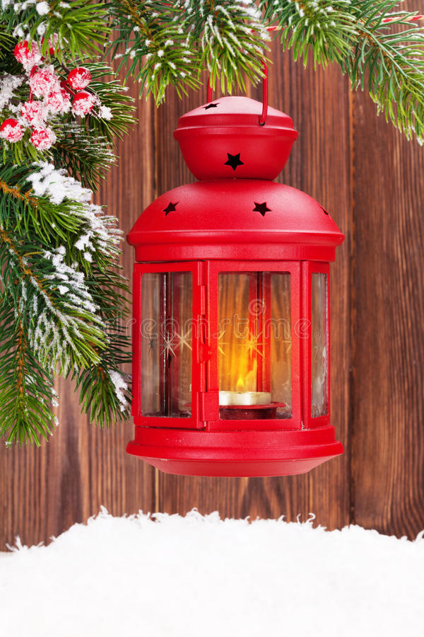 De lantaarn van de Kerstmiskaars op sparrentak royalty-vrije stock afbeeldingen
