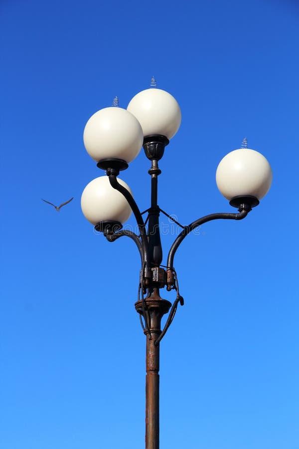 De lantaarn van de straat tegen de blauwe hemel royalty-vrije stock foto