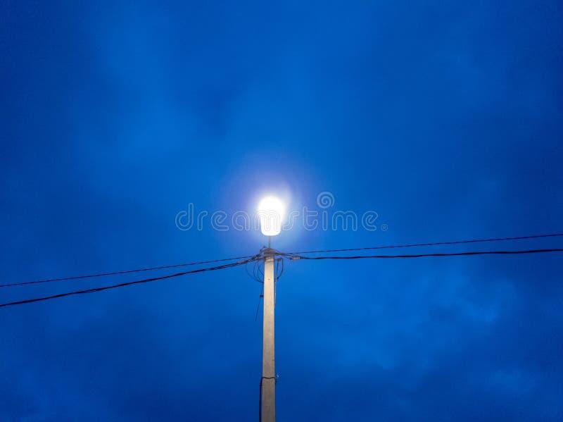 De lantaarnpaal bij schemer Inbegrepen straatlantaarn stock afbeeldingen