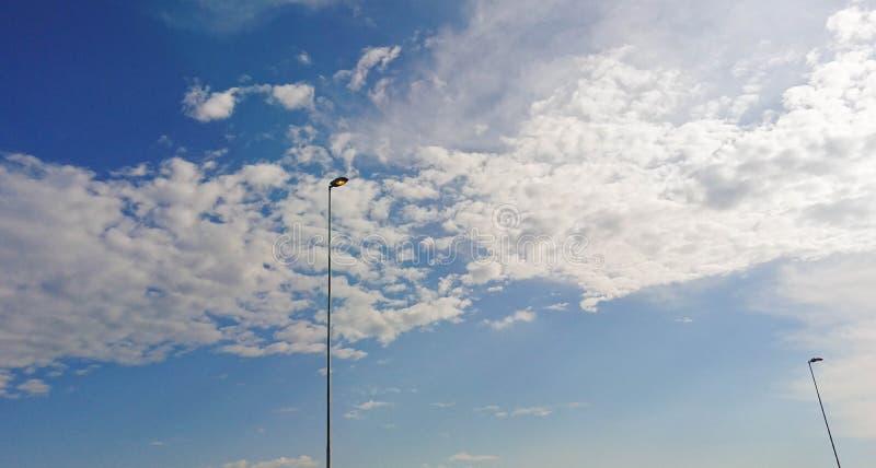 De lantaarnpaal en de blauwe horizon stock foto's
