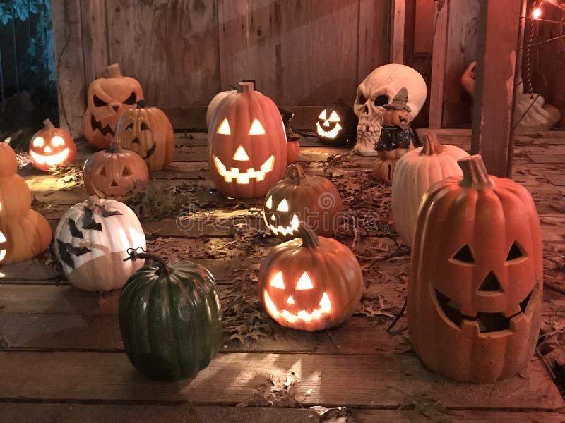 De lantaarns en de schedels van Halloween Jack O stock foto's