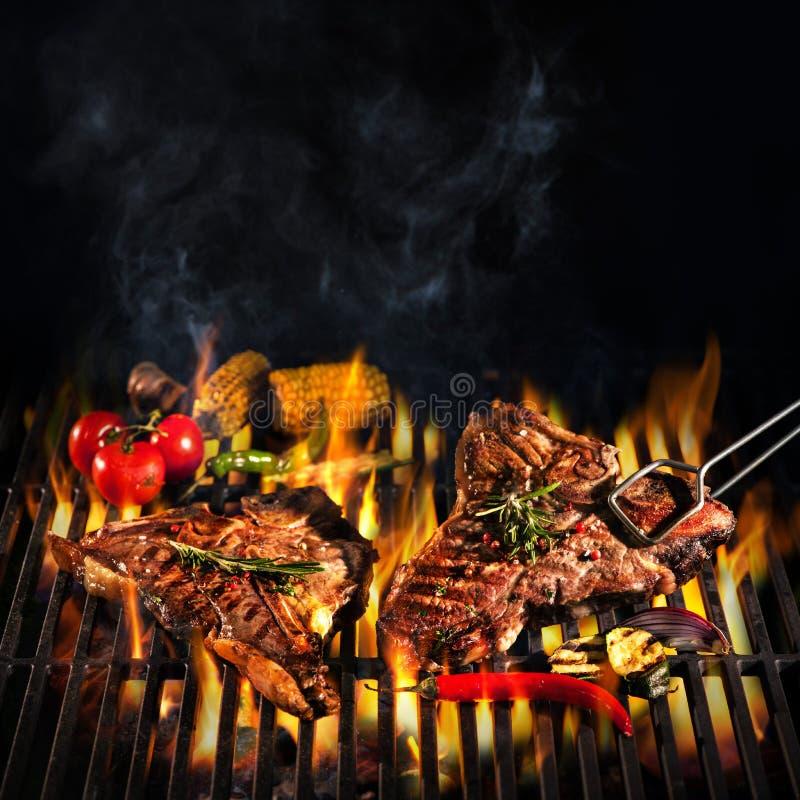 De lapjes vlees van de rundvleesrib op de grill stock fotografie