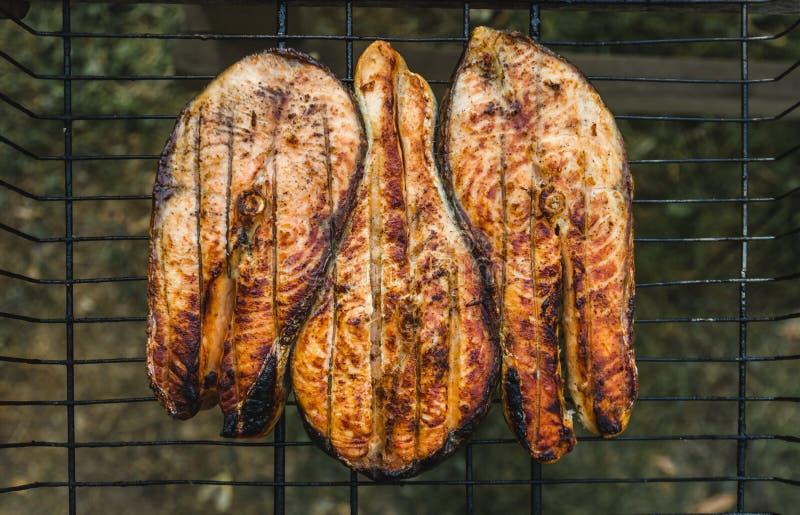 De lapjes vlees van rasted zalm op de grill stock foto's