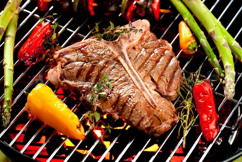 De lapjes vlees van de rundvleesrib op de grill met vlammen royalty-vrije stock afbeeldingen