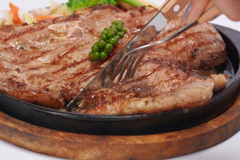De lapjes vlees worden gesneden met een mes stock foto