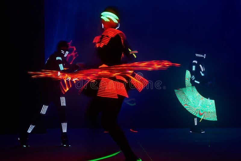 De laser toont prestaties, dansers in geleide kostuums met LEIDENE lamp, de zeer mooie prestaties van de nachtclub, partij stock fotografie