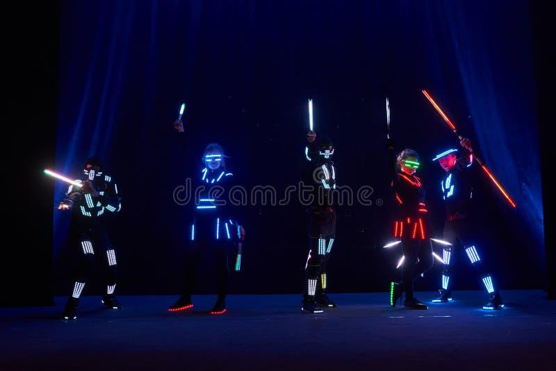 De laser toont prestaties, dansers in geleide kostuums met LEIDENE lamp, de zeer mooie prestaties van de nachtclub, partij stock foto
