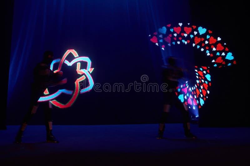 De laser toont prestaties, dansers in geleide kostuums met LEIDENE lamp, de zeer mooie prestaties van de nachtclub, partij royalty-vrije stock fotografie