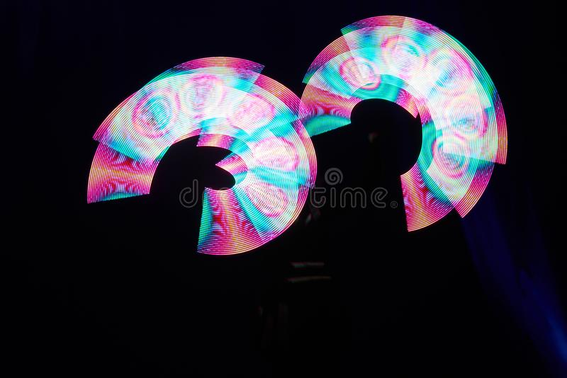 De laser toont prestaties, dansers in geleide kostuums met LEIDENE lamp, de zeer mooie prestaties van de nachtclub, partij stock afbeeldingen