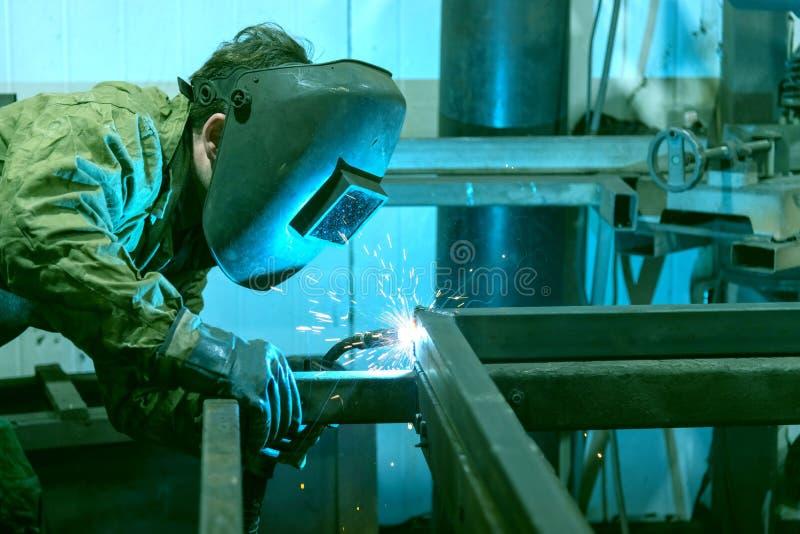 De lasser werkt met halfautomatische booglassen Roestvrijstalen buizen lassen MG voor lassen stock foto's