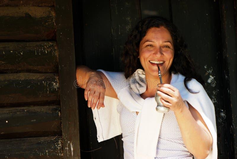 De Latijns-Amerikaanse vrouw die een partner drinkt royalty-vrije stock afbeeldingen