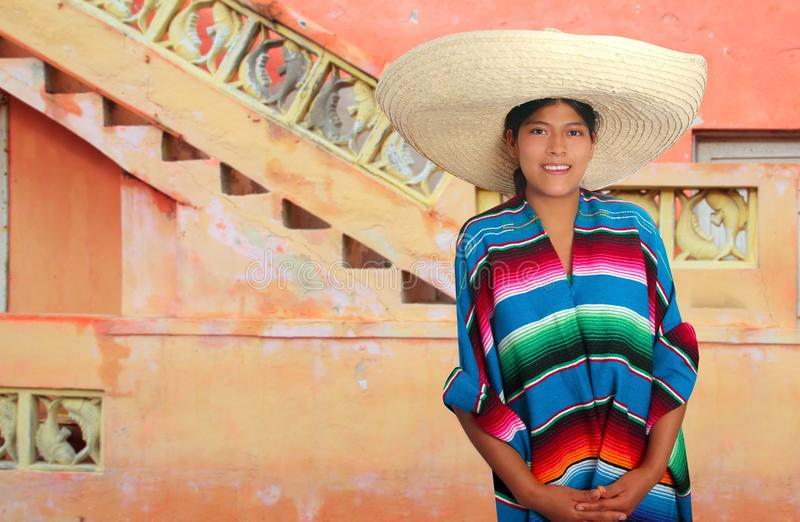 De Latijnse Mexicaanse Spaanse vrouw van de sombreroponcho royalty-vrije stock fotografie