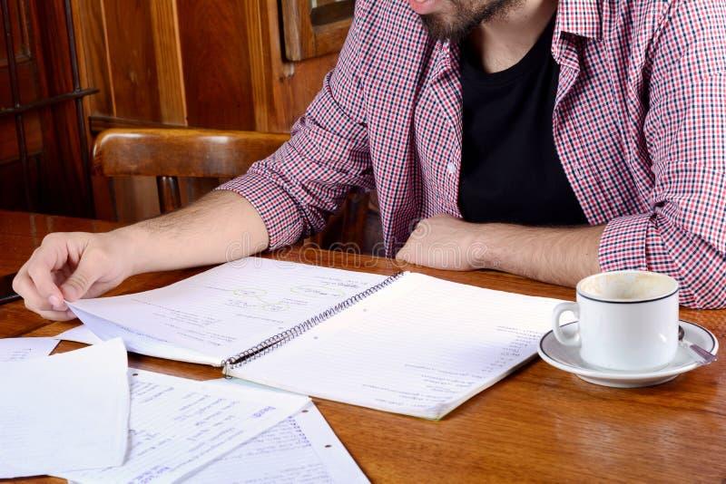 De Latijnse nota's van de studentenlezing en het drinken koffie stock foto