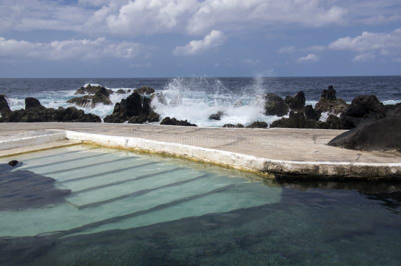 De lava voegt complex zwembad, Porto Moniz, Madera, Portugal, wilde oceaan en golven samen royalty-vrije stock afbeelding