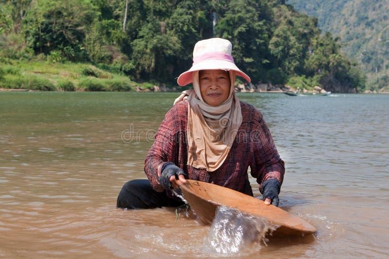 Or de lavage de femme dans le fleuve images libres de droits