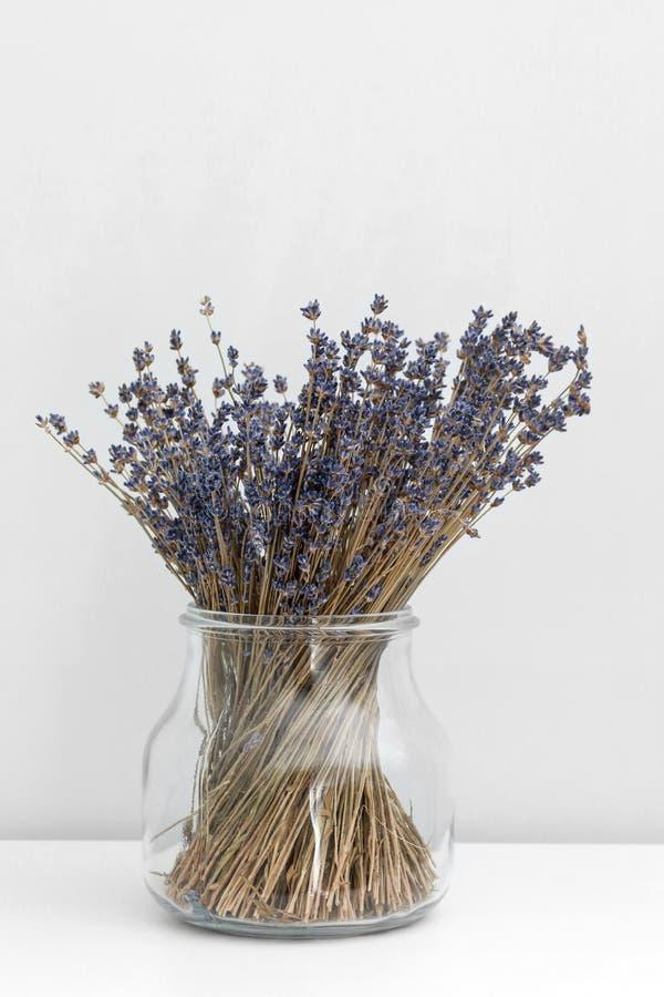 De lavendel bloeit in glasvaas, witte houten achtergrond, aromatherapy kuuroordconcept, Lavendelbloemen in dichte omhooggaand stock afbeeldingen