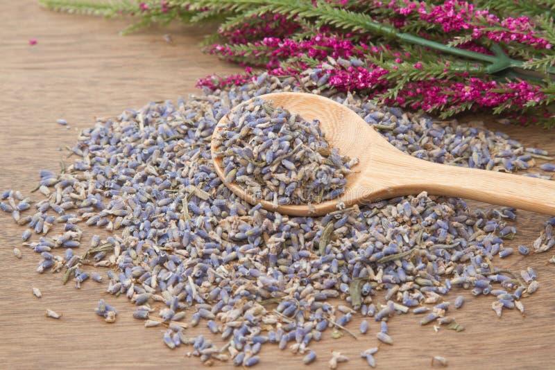 De lavendel ging in de houten lepel royalty-vrije stock afbeelding