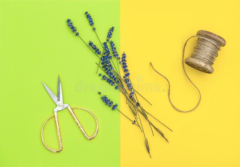 De lavendelbloemen en de uitstekende schaar minimale vlakte lagen royalty-vrije stock fotografie