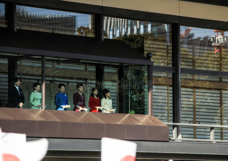De leden van de keizerfamilie op het balkon van het paleis worden begroet door de mensen in het vierkant in Tokyo stock foto