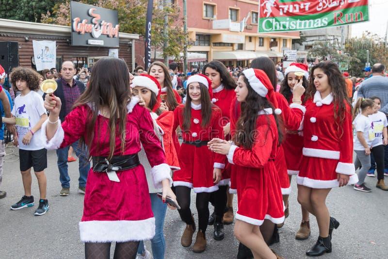 De leden van de steungroep kleedden zich aangezien Santa Claus deelnemers onderhoudt en de bezoekers van het jaarlijkse ras ` Cri royalty-vrije stock afbeeldingen