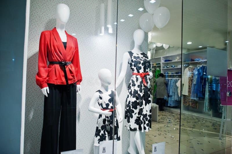 De ledenpoppen bij vrouwelijke kleurrijke kleding slaan gloednieuwe moderne boutique op royalty-vrije stock foto's