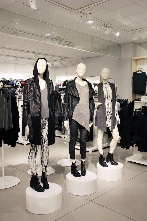 De ledenpoppen in een kledingsopslag kleedden zich in gespannen, punkstijl stock fotografie