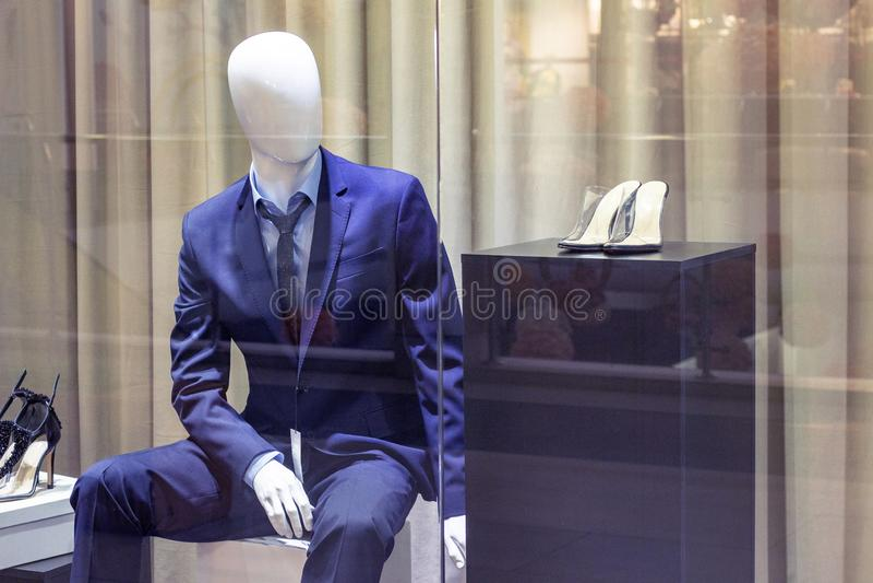 De ledenpoppen op het winkelvenster vormen stijl modieuze kleren stock foto's