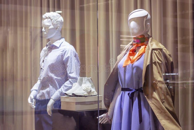 De ledenpoppen op het winkelvenster vormen het vrouwelijke beeld van stijl modieuze kleren stock foto's