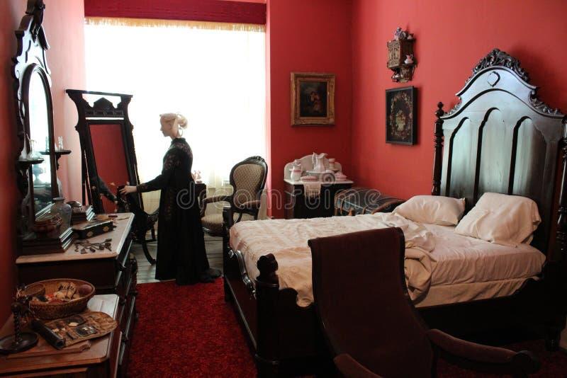 De ledenpoppen in periodekleren in rode die slaapkamer voor slaap, Saratoga wordt geplaatst springt, New York, Canfield-Casino, 2 stock foto