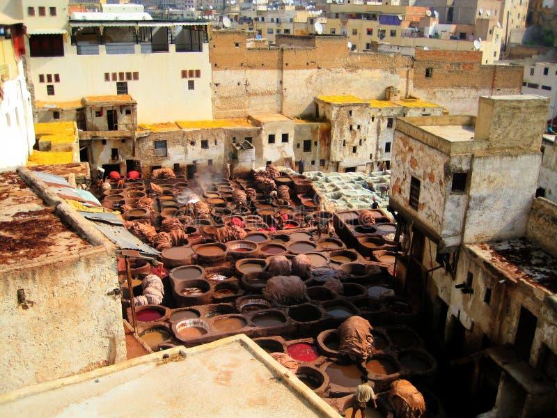 De lederen leerlooierijen van Fez stock afbeeldingen
